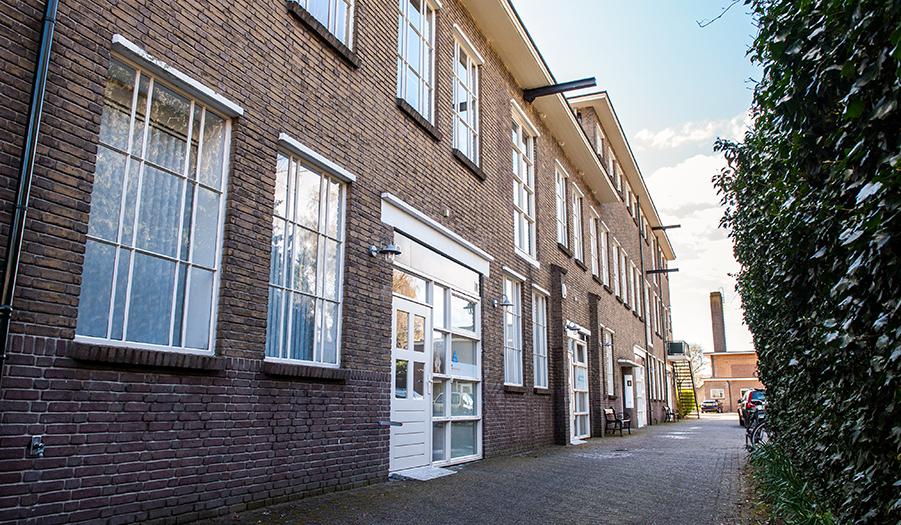 Deventerstraat 130, vroeger een Zwitsal-fabriek, tegenwoordig een karakteristieke vestigingsplaats vol kantoorruimtes, praktijkruimtes en andere bedrijfsunits.